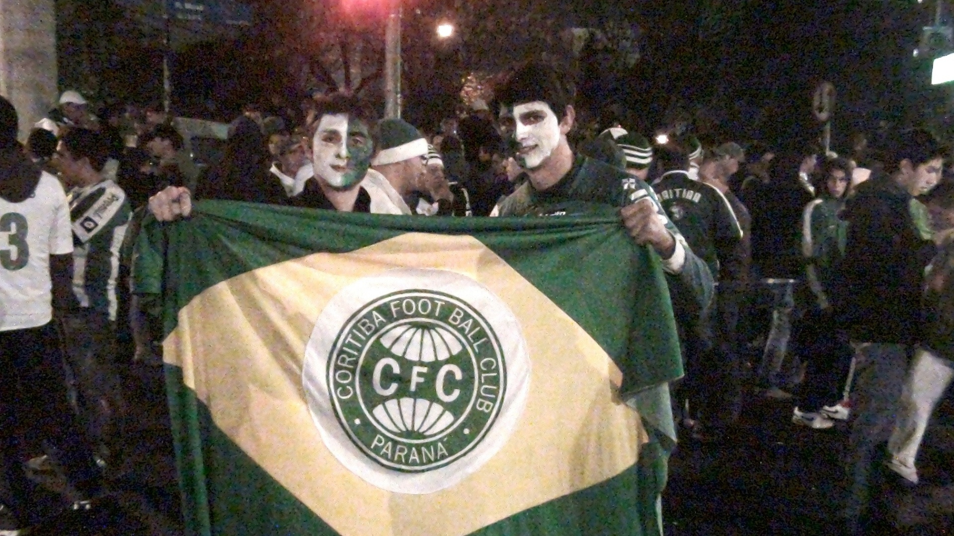Torcedores do Coritiba pintaram o rosto para acompanhar a partida contra o São Paulo