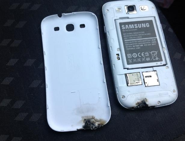 20.jun.2012 - Um usuário irlandês do novo Samsung Galaxy S III diz que o smartphone ''explodiu'' enquanto estava ligado em um suporte para carro da fabricante. Dylan Kershaw, estudante de Dublin (Irlanda), relata que uma fumaça branca saiu do aparelho, seguida de um estampído. A Samsung afirmou em seu blog oficial que vai apurar o caso