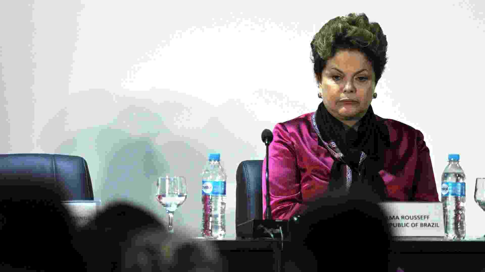 21.jun.2012 - Durante encontro de presidentes mulheres na Rio+20, a presidente Dilma Rousseff reclamou do ar condicionado do auditório - Júlio César Guimarães/UOL