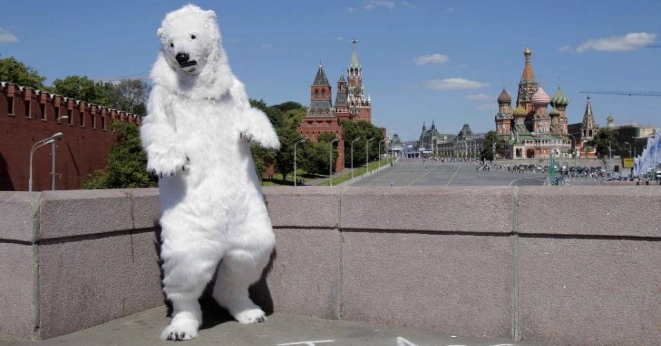 21.jun.2012 - Na Praça Vermelha, em Moscou, ativista do Greenpeace se fantasia de urso para chamar atenção para preservação de santuário no Ártico