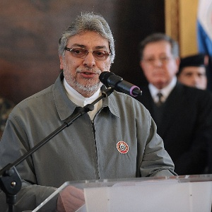 """O presidente do Paraguai, Fernando Lugo, fala no palácio presidencial após a Câmara dos Deputados abrir um processo de impeachment contra ele, por """"baixa performance das funções"""""""