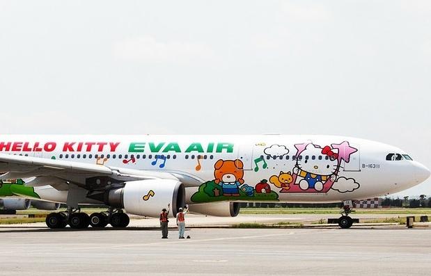 """A EVA Air decorou a fuselagem de cinco de seus aviões com imagens do desenho """"Hello Kitty"""""""