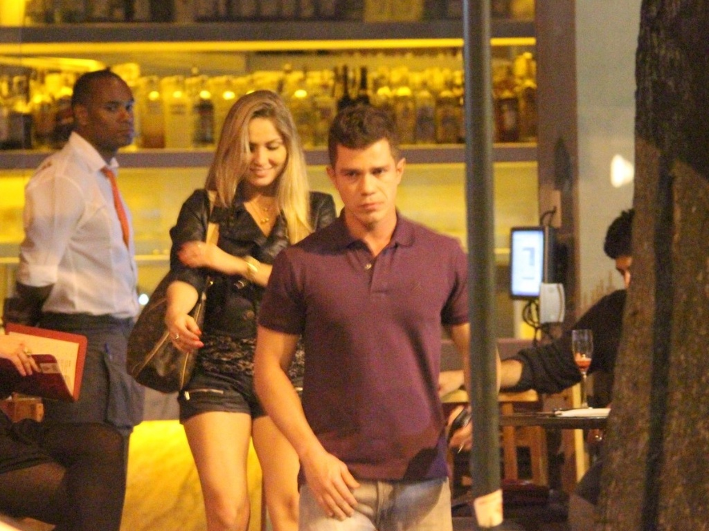 A ex-BBB Renata jantou na companhia de um jovem empresário de 30 anos em um restaurante do Leblon, zona sul do Rio, na madrugada desta quinta (21/6/12)