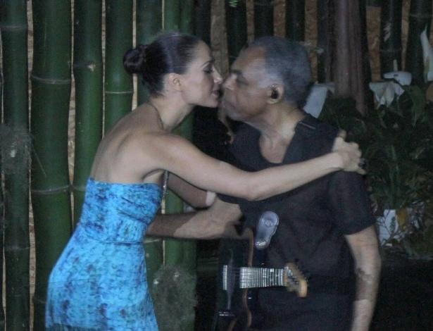 Atriz Camila Pitanga cumprimenta o cantor Gilberto Gil durante premiação de sustentabilidade no Rio de Janeiro (21/6/12)