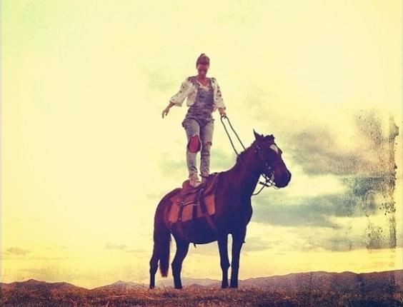 """Carolina Dieckmann postou no Instagram uma foto em cima de um cavalo, nesta quinta-feira (21). A atriz está filmando o longa """"A Pele do Cordeiro"""", na Serra da Mantiqueira, em São Paulo"""