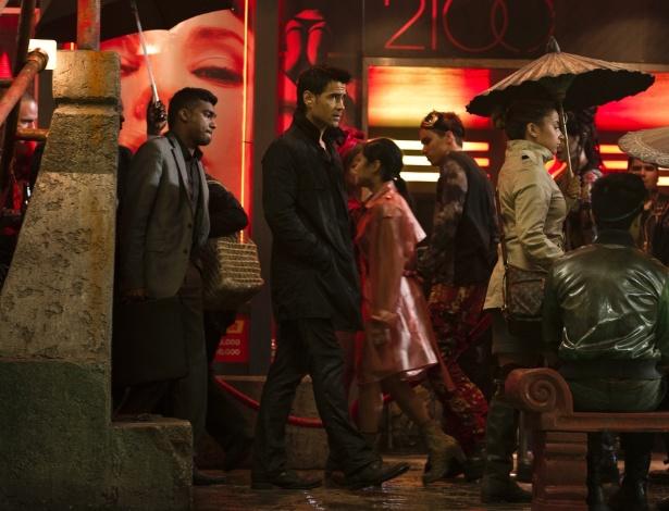 """Os atores Colin Farrell e Kate Beckinsale em cena do filme """"O Vingador do Futuro"""" (2012)"""