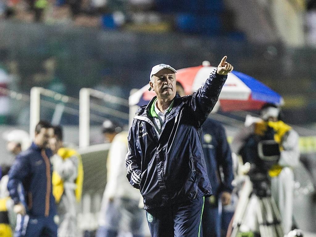 Felipão, técnico do Palmeiras, orienta sua equipe durante partida contra o Grêmio