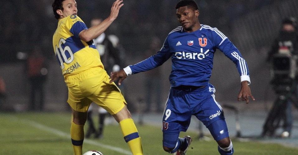 Junior Fernandes, da Universidad de Chile, dribla Ledesma, do Boca Juniors
