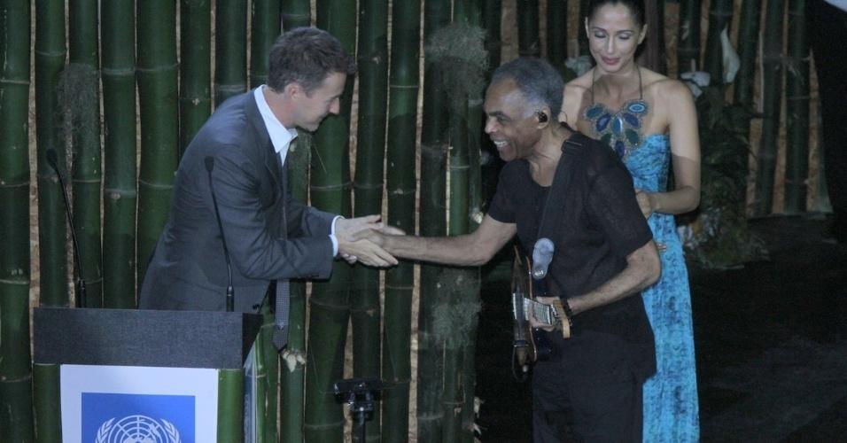 O cantor Gilberto Gil cumprimenta o ator Edward Norton durante premiação de sustentabilidade no Rio de Janeiro (21/6/12)