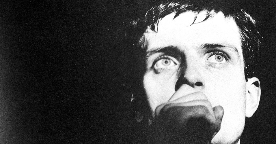 "O ex-vocalista do ""Joy Division"" e autor de ""Love Will Tear Us Apart"" Ian Curtis"
