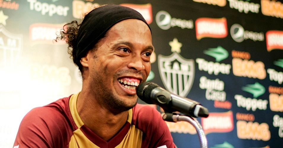 Ronaldinho Gaúcho mostra bom humor durante entrevista coletiva no Atlético-MG (21/6/2012)