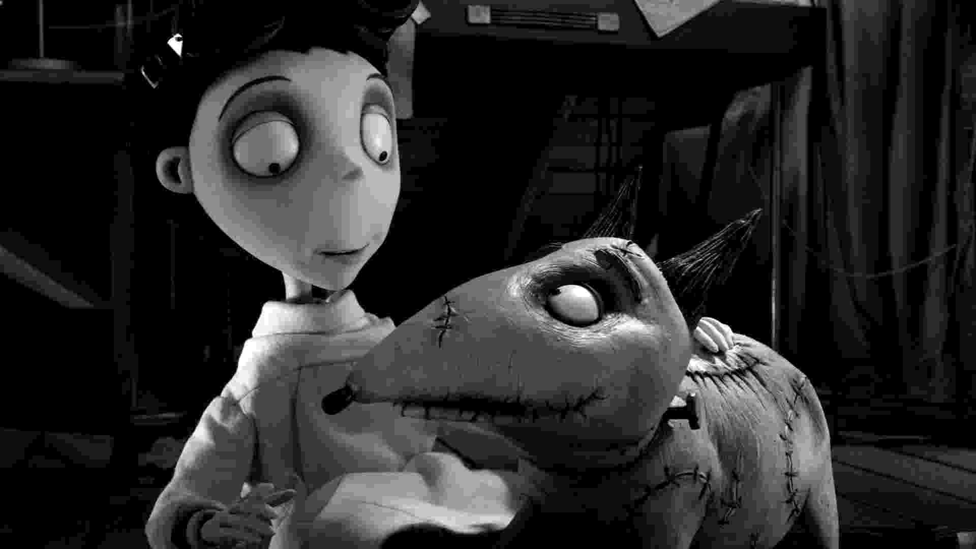"""Victor e seu cão Sparky em cena do filme """"Frankenweenie"""", de Tim Burton (2012) - Divulgação"""