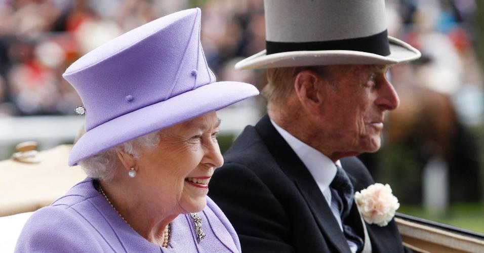 22.jun.2012 - A rainha Elizabeth 2ª e seu marido, o príncipe Philip, chegam em carruagem real ao Royal Scot, em Londres, no Reino Unido, para assistir a corrida de cavalos