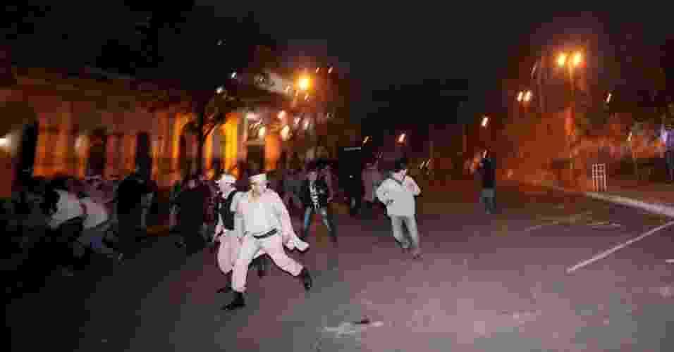 22.jun.2012- Policiais e apoiadores de Fernando Lugo entram em confronto em Assunção - Andrés Cristaldo/Efe