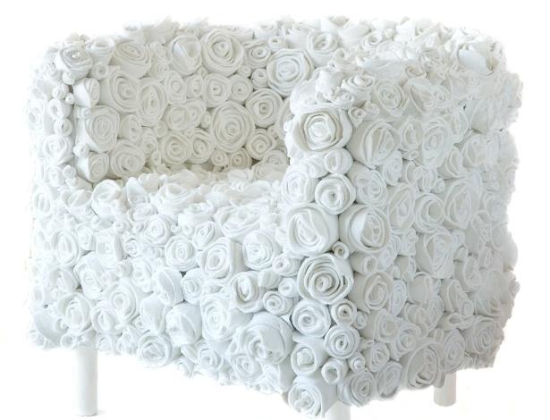 As flores da poltrona Muchas Rosas, da italiana Ricrea, são feitas a partir de sobras de solas de sapatos - Rahel Patrasso/ UOL