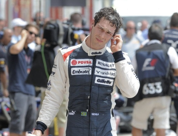 Bruno Senna caminha pelos boxes em Valência após treino para o GP da Europa