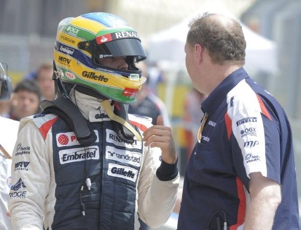 Bruno Senna conversa com membro da Williams após treino desta sexta-feira