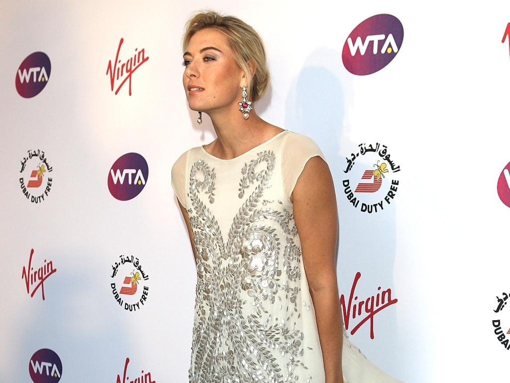 Com um vestido curto com mini-cauda esvoaçante, a russa Maria Sharapova surgiu linda no red carpet. Para dar um tom mais moderninho ao look, optou por brincos e sapato vermelhos