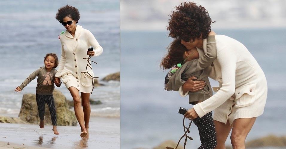 Em meio a disputas judiciais pela custódia da filha, atriz Halle Berry brinca com Nahla na praia (21/6/12)