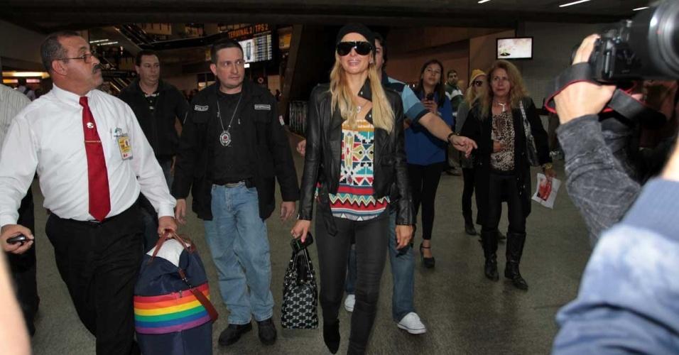 Paris Hilton desembarcou no aeroporto de Guarulhos, São Paulo (22/6/12)
