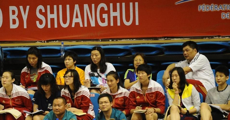 Próximas adversárias do Brasil, jogadoras chinesas observam atentamente partida contra Cuba