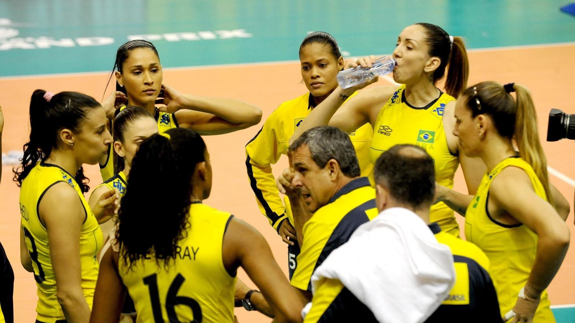 Técnico José Roberto Guimarães passa instruções para seleção brasileira durante vitória sobre Cuba