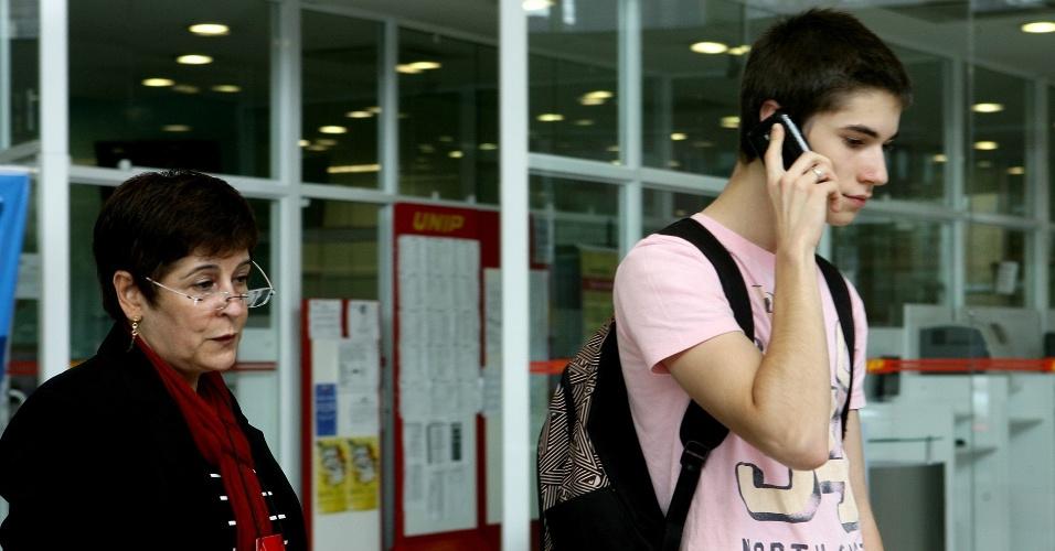 23.jun.2012 - Aluno que estava sem RG foi retirado do local de prova. Ele disse que o pai iria trazer o passaporte, mas não deu tempo. Os portões foram fechados às 14h