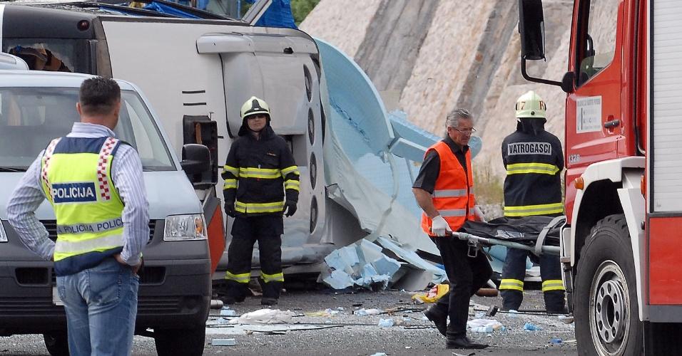 23.jun.2012 - Bombeiros e paramédicos trabalham para resgatar vítimas de acidente com ônibus em estrada em Sveti Roka, a 230 quilômetros de Zagreb, capital da Croácia