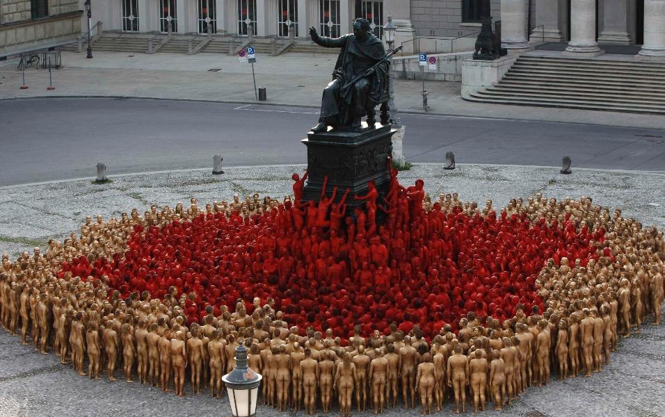 23.jun.2012 - Cerca de 1,7 mil pessoas, nuas, posam para o fotógrafo americano Spencer Tunick, em praça no centro de Munique, na Alemanha