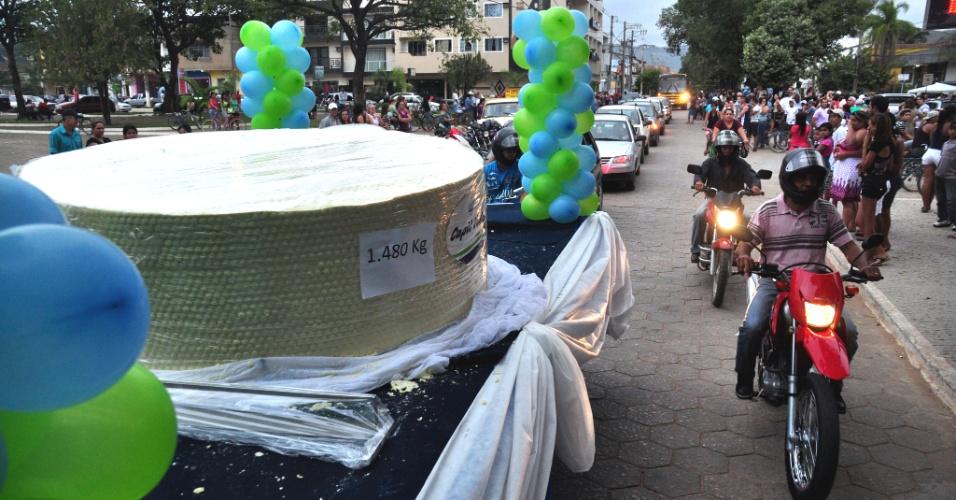 23.jun.2012 - Cidade de Ipanema, em Minas Gerais, bate o próprio recorde e produz o maior queijo minas padrão do Brasil, com 1.480kg, 62cm de altura e 175cm de diâmetro