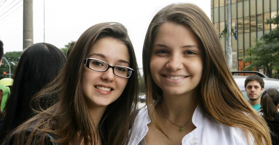23.jun.2012 - Da esq. para a dir.: Bruna Hernandez, 16, e Bianca Duarte, 17, são treineiras
