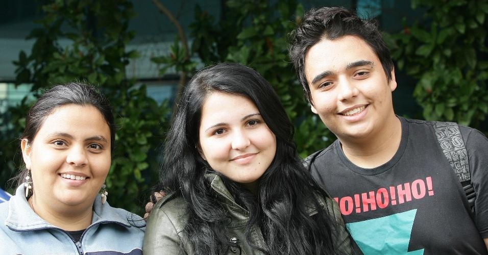 23.jun.2012 - Da esq. para a dir.: Maria Queiroz, 25, tenta uma vaga em geografia; já Lohayne Oliveira, 17, e Thiago Aires, 18, são treineiros