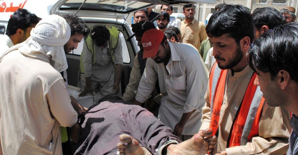 23.jun.2012 - Equipes resgatam corpo de vítima de tiroteio em Quetta, no Paquistão
