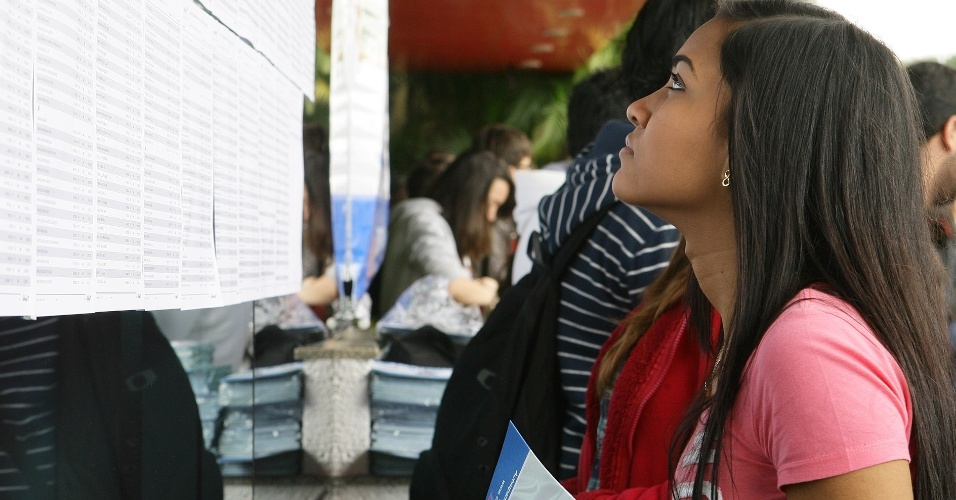 23.jun.2012 - Estudantes fazem neste sábado as primeiras provas da segunda fase do vestibular 2012 de inverno da Unesp (Universidade Estadual Paulista). Hoje, são 24 questões, sendo 12 de ciências humanas (história, geografia e filosofia) e 12 de ciências da natureza e matemática (biologia, química, física e matemática). No domingo (24), serão 12 questões do núcleo linguagens e códigos (língua portuguesa e literatura, língua inglesa, educação física e arte) e redação