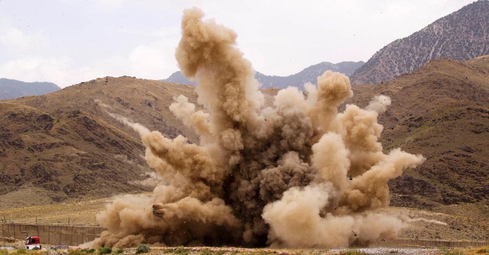 23.jun.2012 - Explosão controlada detona pedras e areia em província do Afeganistão