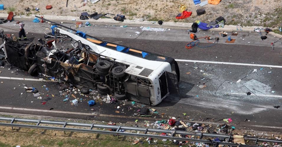 23.jun.2012 - Imagem mostra ônibus que se acidentou em estrada em Sveti Roka, a 230 quilômetros de Zagreb, capital da Croácia