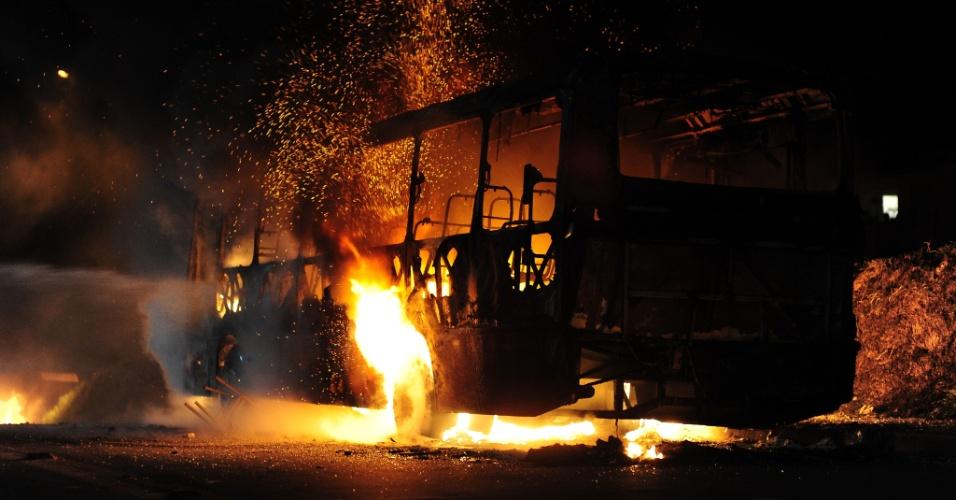 23.jun.2012 - Manifestantes interditam a rodovia SP-50, na altura do Km 55, no bairro Boa Vista, na zona norte de São José dos Campos (SP). Indignados com os atropelamentos na região, os moradores incendiaram ônibus em protesto contra as condições de segurança na rodovia e pedem a construção de uma passarela