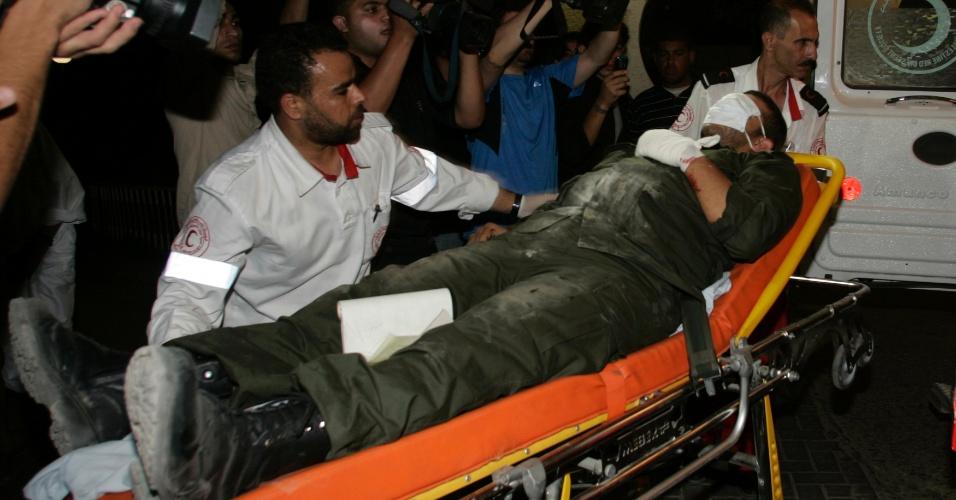 23.jun.2012 - Membro das forças de segurança do Hamas ferido é levado para hospital após bombardeios israelenses na Faixa de Gaza