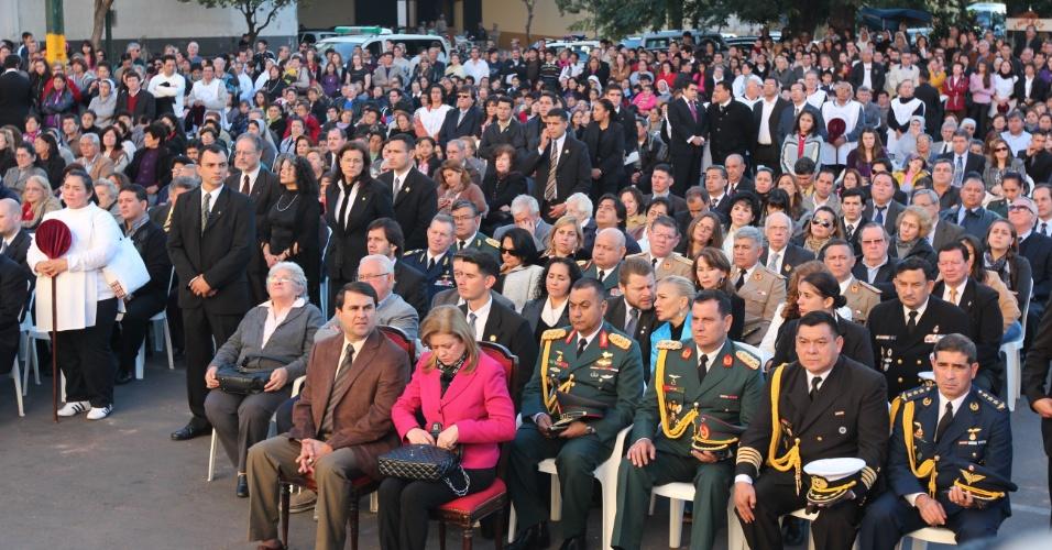 23.jun.2012 - Novo presidente do Paraguai, Federico Franco, acompanha missa no final da tarde deste sábado (23) na área externa da catedral de Assunção, localizada na praça do Congresso