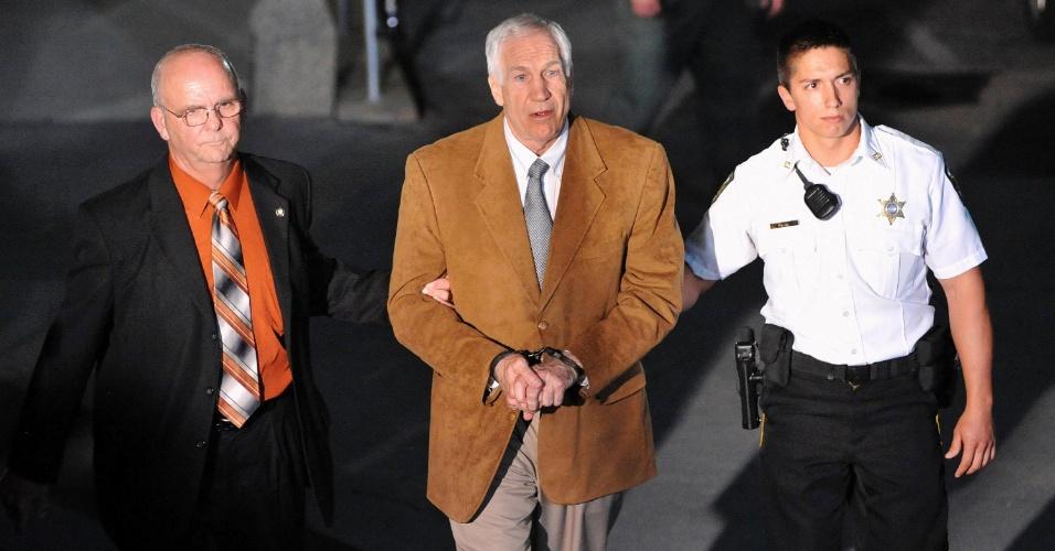 23.jun.2012 - O ex-assistente do time de futebol da Universidade Estadual da Pensilvânia, Penn State Nittany Lions, Jerry Sandusky, deixa o tribunal do júri algemado, em Bellefonte, no estado americano, depois de ser condenado em 45 de 48 acusações de abuso sexual de menores