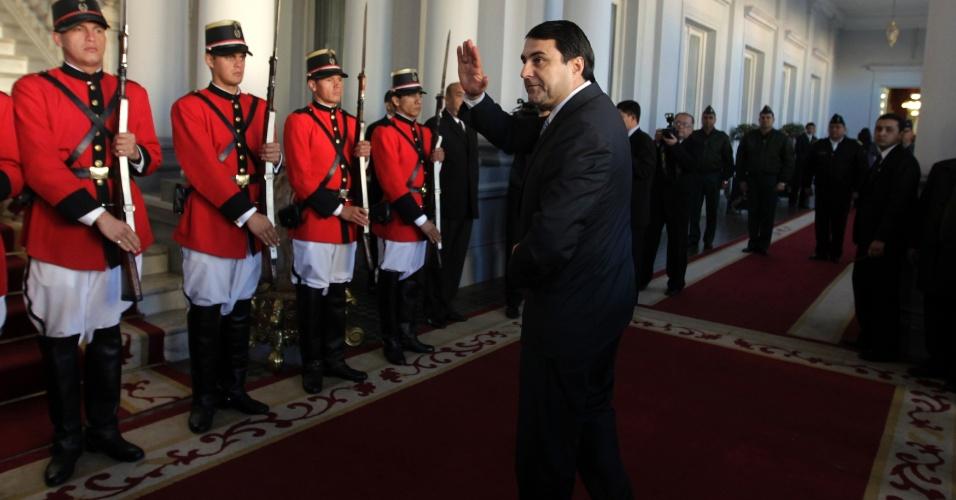 23.jun.2012 - O novo presidente do Paraguai, Federico Franco, acena ao chegar ao palácio presidencial em Assunção