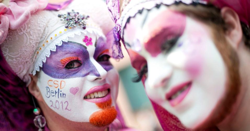 """23.jun.2012 - Pessoas participam de manifestação para celebrar a 34ª edição do """"Dia da rua Christopher"""", dedicado ao orgulho gay, em Berlim, na Alemanha"""