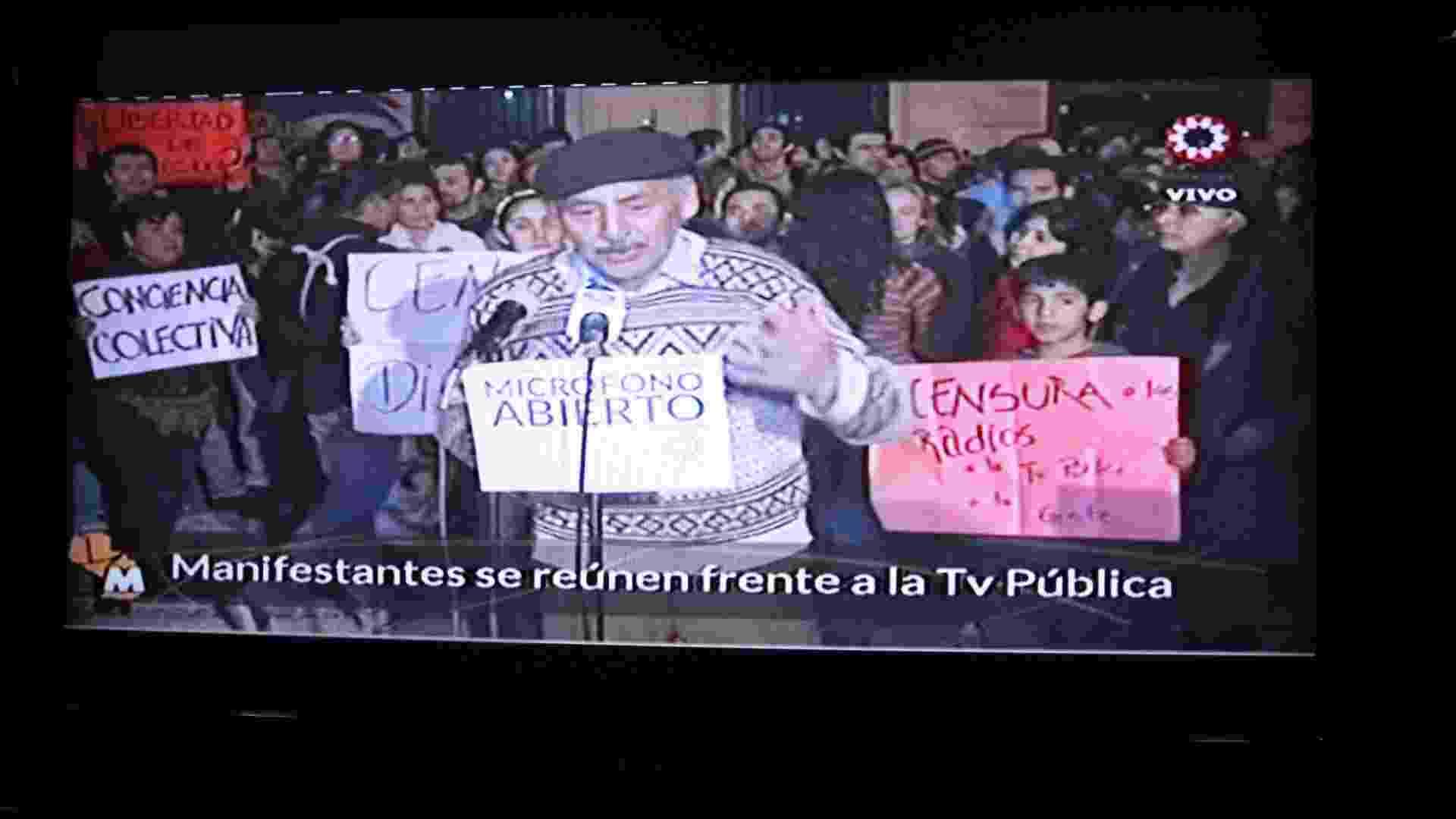 23.jun.2012 -A ?TV Publica? do Paraguai abriu o microfone para manifestantes expressarem suas opiniões a respeito do momento político vivido pelo país após a deposição de Fernando Lugo. As declarações estão sendo transmitidas ao vivo pela emissora, que é pública e foi criada em 2011 por Fernando Lugo, para todo o país - Derek Sismotto/UOL
