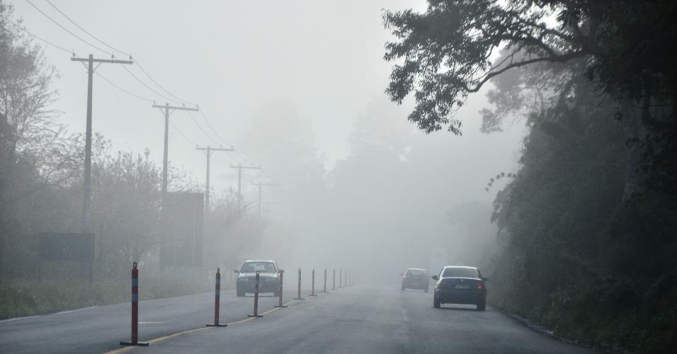 23.jun.2012 - Serra da Mantiqueira apresenta nevoeiro neste sábado (23), na chegada à Campos do Jordão (SP)