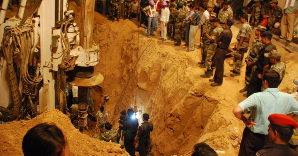 23.jun.2012 - Trabalhadores tentam resgatar uma garota de 4 anos chamada Baby Mahi, em Manesar, na Índia. Ela caiu em um poço de 20 metros de profundidade enquanto brincava, no último dia 20