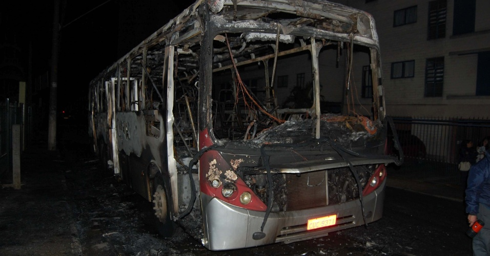 23.jun.2012 - Três criminosos incendiaram um ônibus, por volta das 23h45 de ontem (22), na avenida Lico Maia, 100, em Conceição, Diadema, na Grande São Paulo. Segundo a Polícia Militar, os bandidos fugiram e ninguém ficou ferido