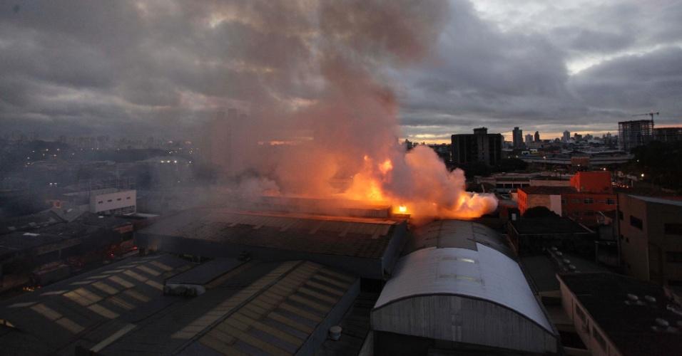 23.jun.2012 - Um incêndio de grandes proporcões atinge desde a madrugada uma fábrica de tecelagem na rua James Holland, no bairro de Santa Cecília, região central de SP