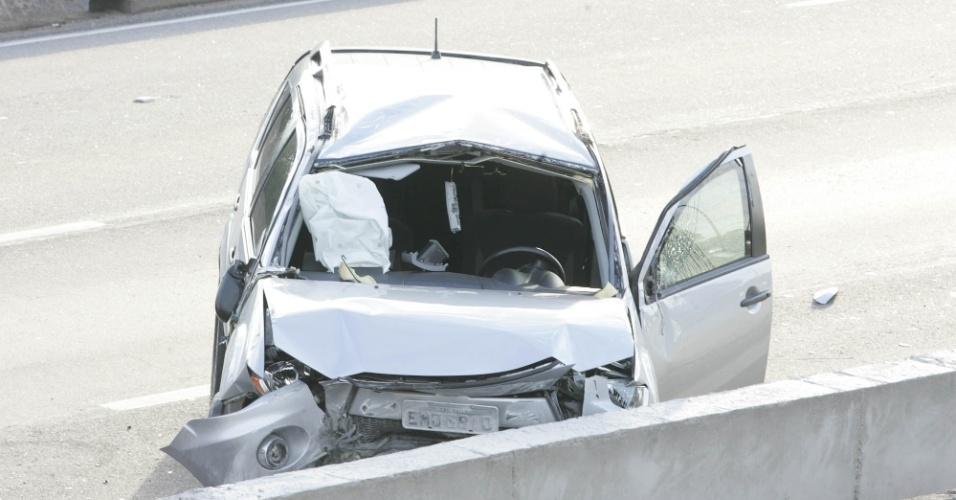 23.jun.2012 - Um motorista  perdeu a direção e acabou colidindo com a mureta de proteção da pista intermediária da marginal Tietê, altura da ponte Cruzeiro do Sul, sentido rodovia Ayrton Senna, em São Paulo