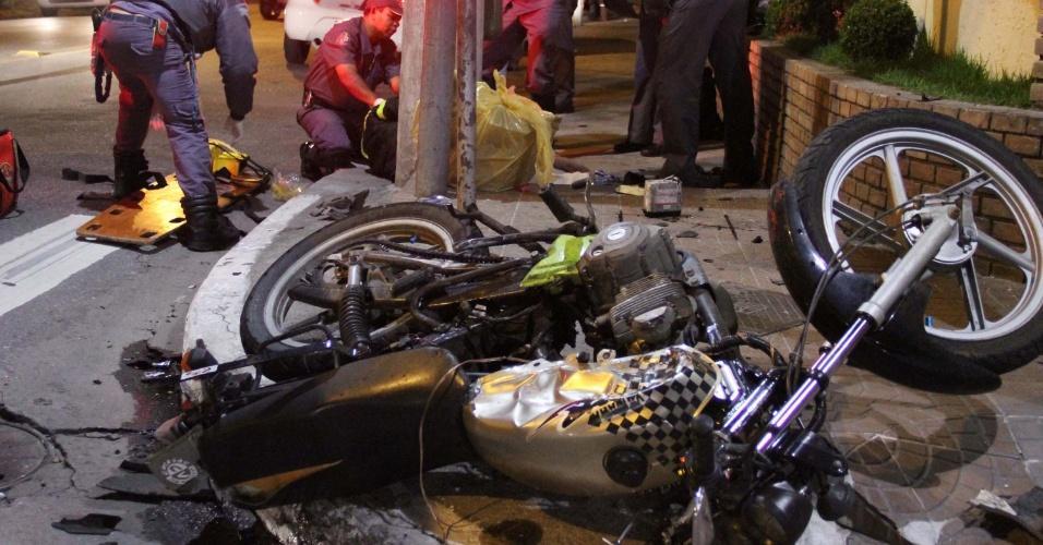 23.jun.2012 - Uma acidente neste sábado (23) envolveu um carro e uma moto, no cruzamento da av. Casa Verde com a rua Celestino Borroul, na zona norte de São Paulo