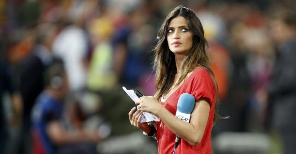 23.jun.2012 - A apresentadora de televisão, Sara Carbonero, noiva do goleiro Iker Casillas, da Espanha, trabalha na beira do campo durante jogo da Eurocopa